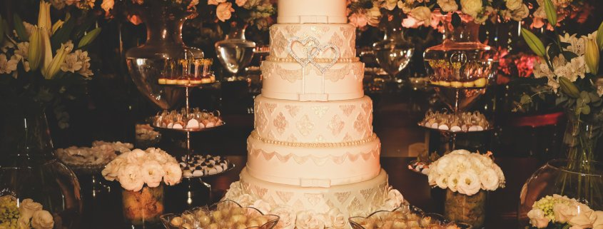 O bolo fake tem se tornado uma presença importante em casamentos. É prático, possui custo benefício excelente e permite personalização. Leia mais aqui.