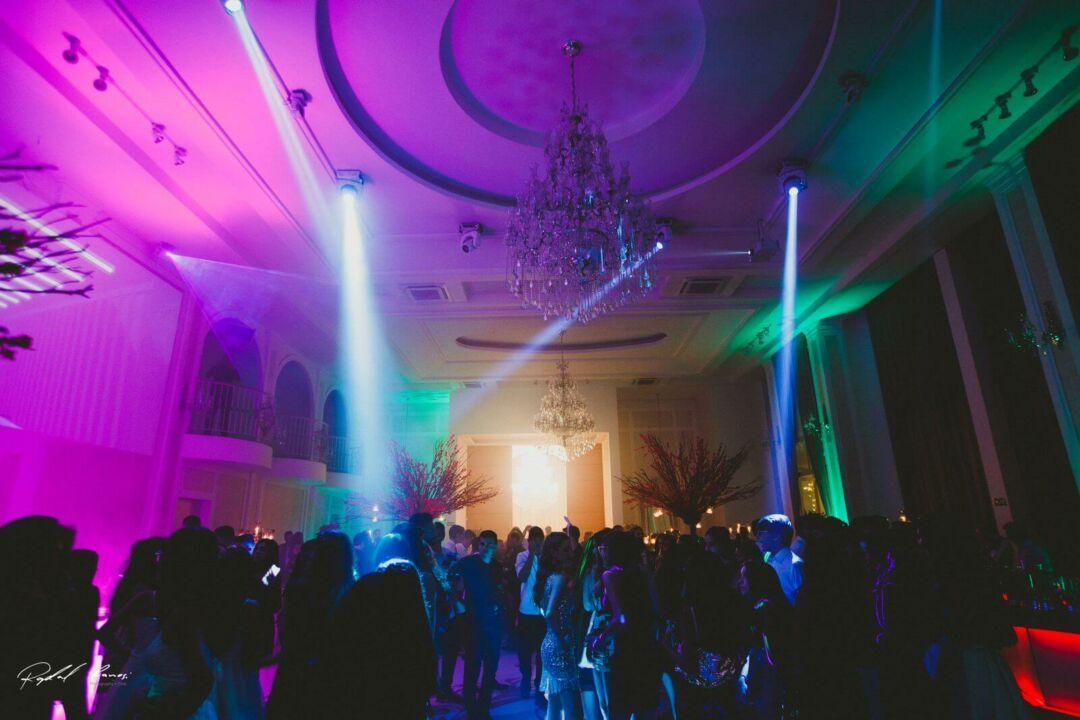 iluminação no salão com decoração