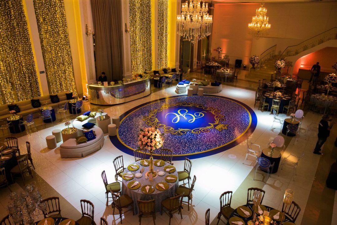 salão com decoração do teto ao chão