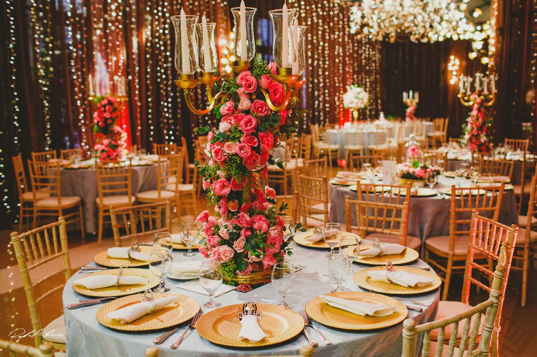 salão com decoração na mesa