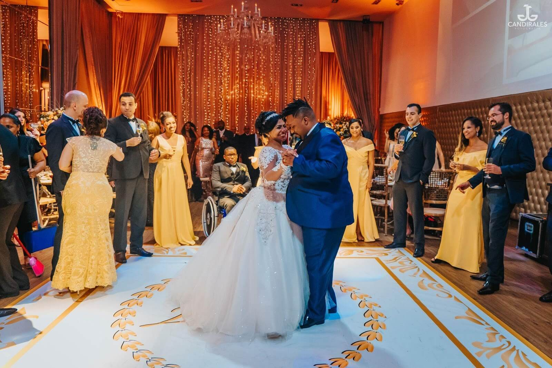Casal dançando feliz após renovação de votos