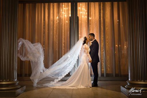 casal de noivos no local para festa de casamento