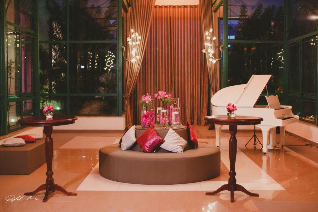 Flores no lounge casamento