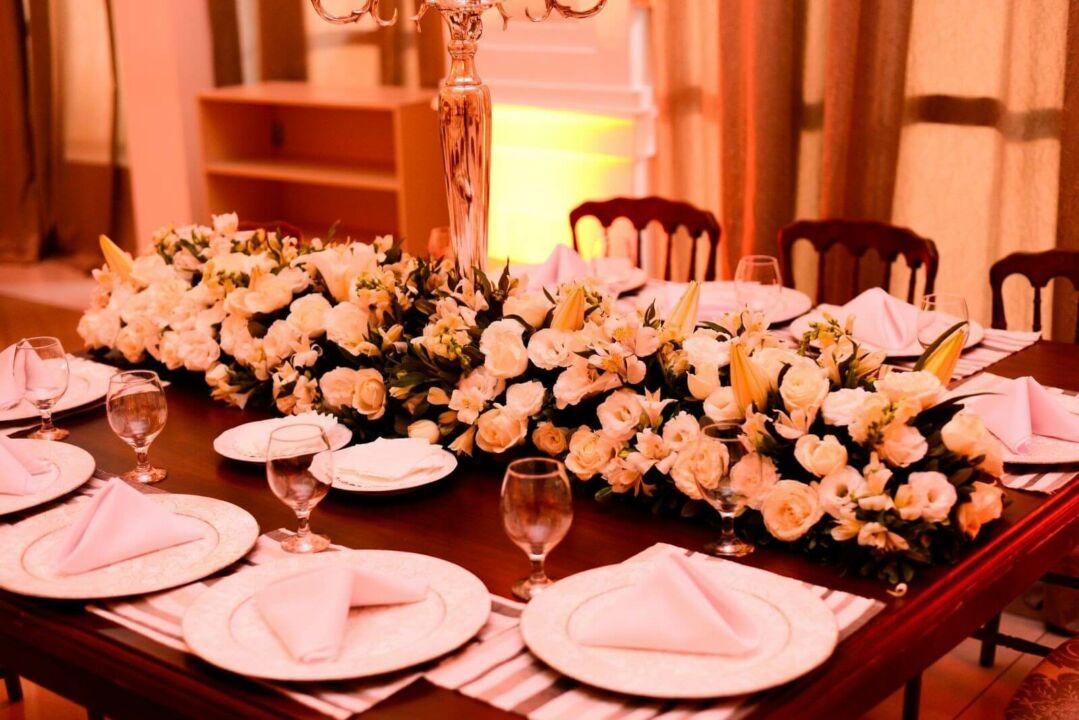 Mesa com cardápio de buffet para casamento