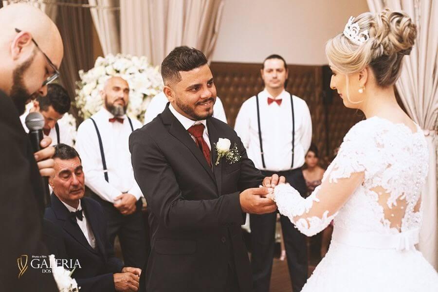 noivos encantados com casamento ecumênico