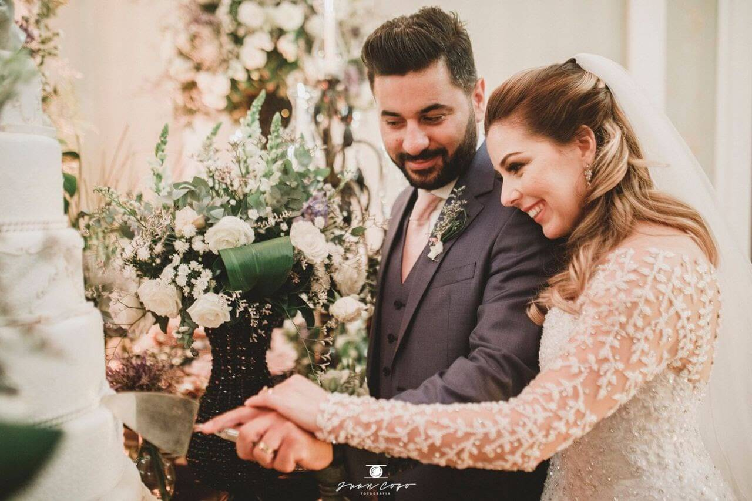 Orçamento para festa: casal feliz em cerimônia de casamento
