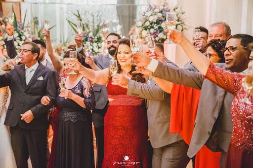 pessoas dividindo momento na cerimônia de noivado