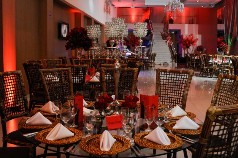 mesa organizada para receber refeições do Bar Mitzvah